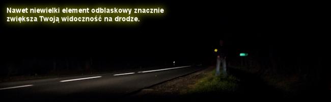 Człowiek w opasce odblaskowej na drodze w nocy